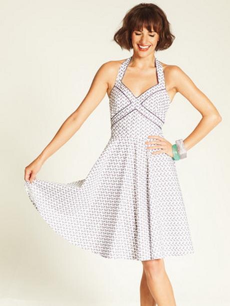 В новом журнала Бурда 7 за 2012 год множество летних моделей платьев, блузок, одежда для пляжа, шьющаяся за полчаса