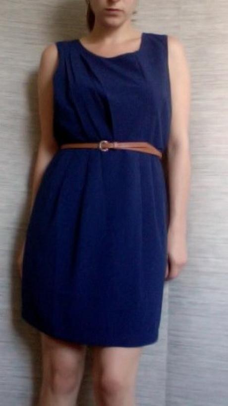 blaues kleid mit gürtel