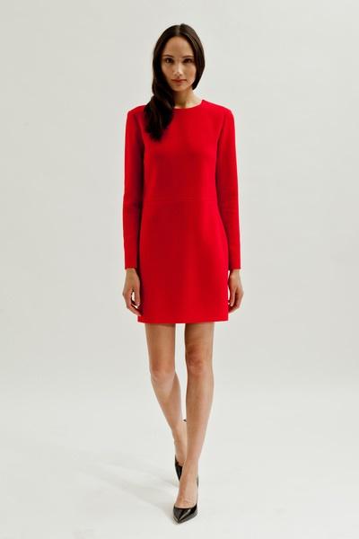 Rotes kleid mit langen ärmeln