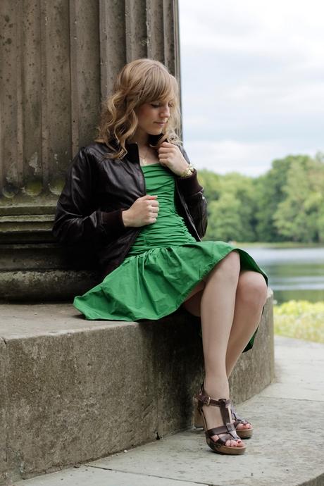 Grünes kleid welche jacke