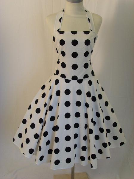 Weißes kleid mit schwarzen punkten