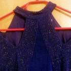 Blaues kleid mit glitzer
